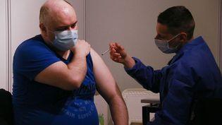 Une personne se fait vacciner contre le Covid-19 à Paris, le 11 mai 2021. (QUENTIN DE GROEVE / HANS LUCAS / AFP)