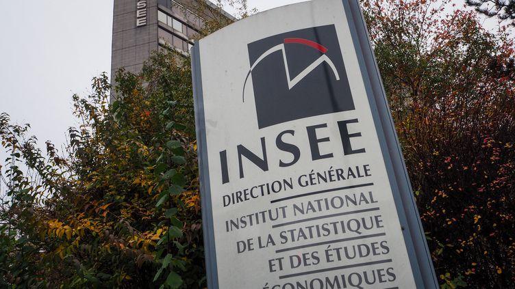 Devant le siège de l'Institut national de la statistique et des études économiques, à Montrouge (Hauts-de-Seine), en novembre 2018. (RICCARDO MILANI / HANS LUCAS / AFP)