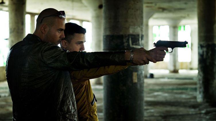 """Deux acteurs de la série télévisée italienne """"Gomorra"""" sur la mafia napolitaine. (BETA FILM / CATTLEYA)"""