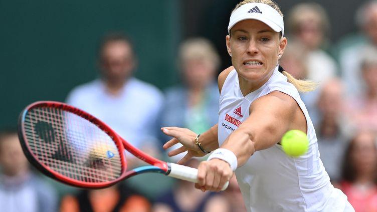 L'Allemande Angelique Kerber en défense face à Ashleigh Barty, en demi-finale de Wimbledon, le 8 juillet 2021. (GLYN KIRK / AFP)