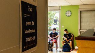 Desélèves patientent dans un point de vaccination installé au lycée Saint-Joseph, à Prades (Pyrénées-Orientales), le 3 septembre 2021. (JC MILHET / HANS LUCAS / AFP)