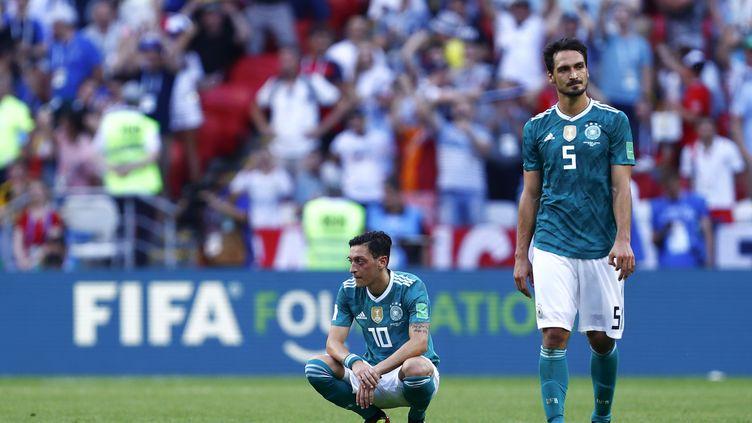 Mesut Özil et Mats Hummels après la défaite face à la Corée du Sud. (BENJAMIN CREMEL / AFP)