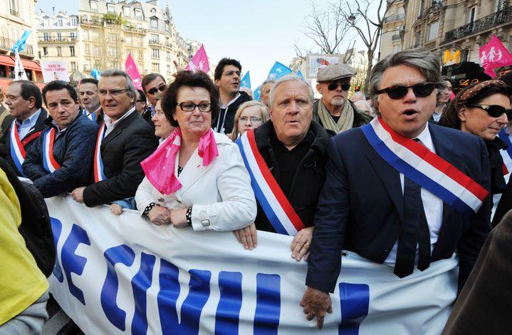 Le député Rassemblement bleu Marine, Gilbert Collard (à d.), a défilé contre le mariage pour tous, accompagné de Christine Boutin (en blanc), et de députés UMP, dimanche 21 avril 2013, à Paris. (PIERRE ANDRIEU / AFP)