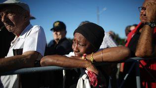 Une femme pleure place de la Révolution à La Havane (Cuba), lundi 28 novembre 2016. (ALEXANDRE MENEGHINI / REUTERS)