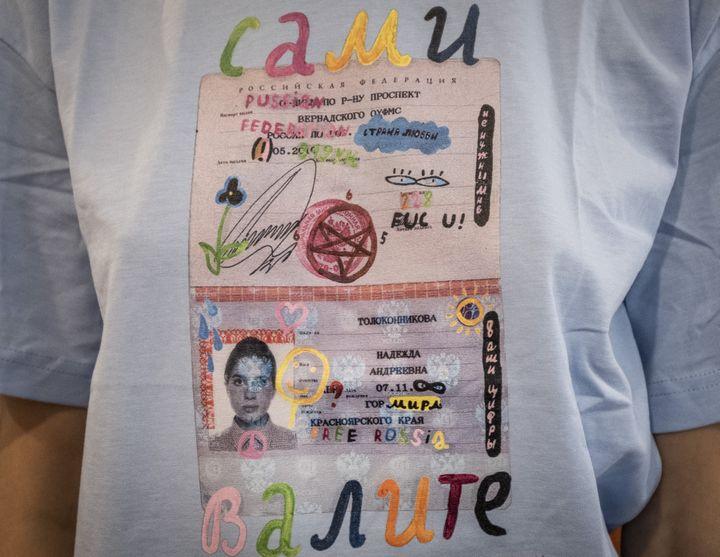 Un T-shirt de la créatrice Alina Muzychenko s'inspirant de la réprésssion policière. Moscou, le 17 septembre 2019. (YURI KADOBNOV / AFP)