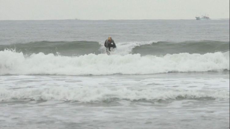 Près de 10 ans après l'incident nucléaire à Fukushima (Japon), Koji Suzuki, un surfeur de 64 ans, aime voguer sur la plage de Minamisona, à une trentaine de kilomètres de la centrale. (France 3)