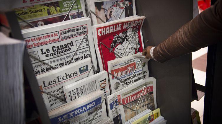 Un kiosque à journaux, à Paris, le 25 février 2015. (Photo d'illustration) (MARTIN BUREAU / AFP)