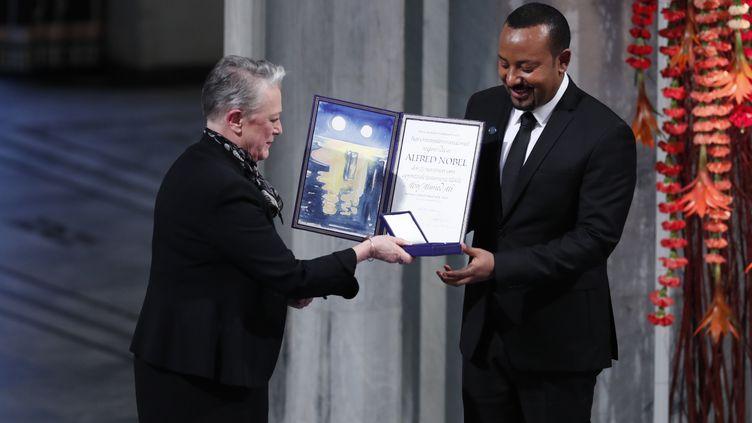 Le Premier ministre éthiopien Abiy Ahmed Ali reçoit le prix Nobel des mains de la présidente duComité Nobel,Berit Reiss-Andersen, lors de la cérémonie à Oslo en Norvège, le 10 décembre 2019. (TERJE BENDIKSBY / NTB SCANPIX)