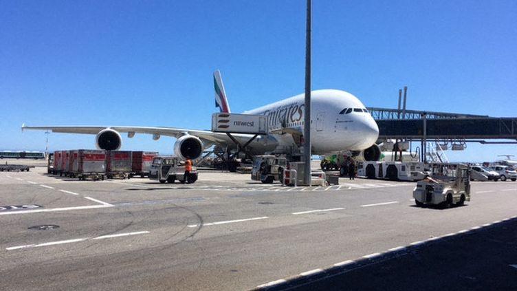 Le 1er juillet 2017, le premier Airbus A380 d'Emirates atterrit sur l'aéroport de Nice-Côte d'Azur, en provenance de Dubaï. (LAURENT VAREILLE / FRANCE-BLEU AZUR)
