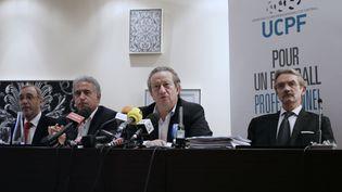 Jean-Pierre Louvel, le président de l'UCPF, et Fréderic Thiriez, président de la LFP, devant la presse à Paris le 24 octobre 2013. (KENZO TRIBOUILLARD / AFP)