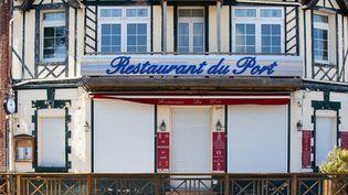 Un restaurant fermé durant la pandémie de Covid-19, samedi 23 mai 2020 au Crotoy (Somme). (AMAURY CORNU / HANS LUCAS / AFP)