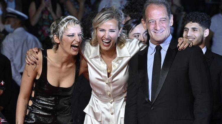 """Agathe Rousselle, Julia Ducournau et Vincent Lindon pour la montée des marches de """"Titane"""" (JOHN MACDOUGALL / AFP)"""