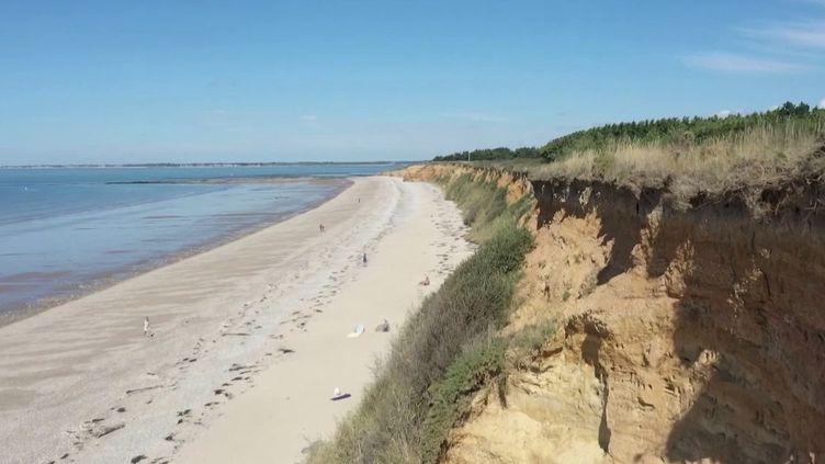 Sur la côte bretonne, les falaises dePénestindans le Morbihan, couvertes de galets minuscules, scintillent sous le soleil.France 2 a visité ce lieu unique en Europe.  (FRANCE 2)