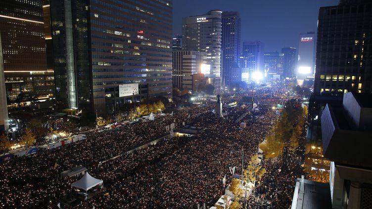 Des centaines de milliers de Sud-Coréens défilent dans les rues de Séoul pour réclamer la destitution de leur présidente, samedi 12 novembre 2016. (KIM HONG-JI / AFP)