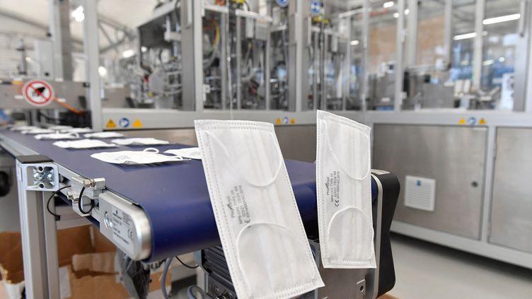 Des masques chirurgicaux produits dans une usine à Labarthe-sur-Lèze (Haute-Garonne), le 25 janvier 2021. (GEORGES GOBET / AFP)