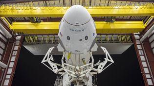 La capsule Crew Dragon et la fusée Falcon 9 de SpaceX en position horizontale, le 21 mai 2020, au Centre spatial Kennedy (Floride, Etats-Unis). (SPACEX / AFP)