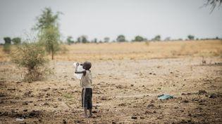 Garçon jouant avec un sac en plastique dans une zone aride du Soudan du Sud, le 2 février 2015. (MACIEJ MOSKWA / NURPHOTO)