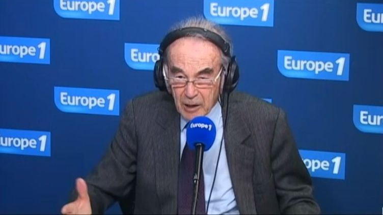 Robert Badinter, au micro d'Europe 1, à Paris, le 9 janvier 2013. (EUROPE 1 / FRANCETV INFO)