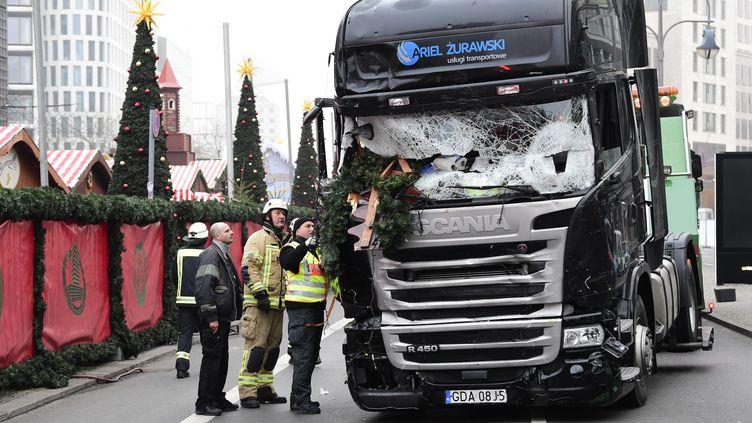 Des enquêteursà proximité du camion qui a foncé sur un marché de Noël de Berlin (Allemagne), le 20décembre 2016.  (TOBIAS SCHWARZ / AFP)