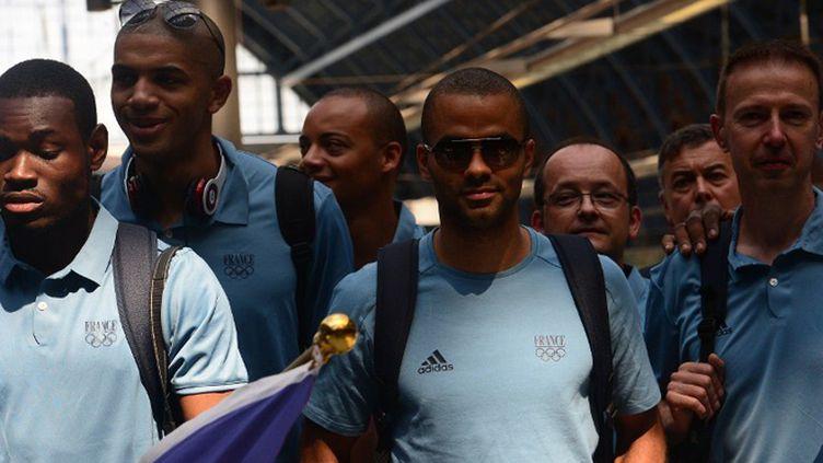 Tony Parker et le staff des Bleus débarquent en gare (EMMANUEL DUNAND / AFP)