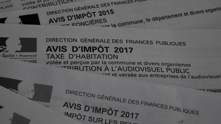 Des avis d'impôt sur les revenus et de taxe d'habitation en 2017. (DAMIEN MEYER / AFP)