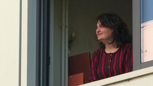 La plupart des étudiants en résidence universitaire vivent à l'étroit dans de petits studios durant la période de confinement liée au Covid-19. Pour les accompagner, une ligne d'écoute téléphonique a été mis en place à Lyon (Rhône). (France 3)
