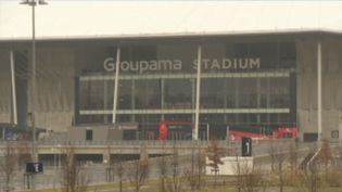 Mercredi 26 février, l'Olympique Lyonnais affrontera la Juventus de Turin lors d'un match à Lyon. Néanmoins, face auCovid-19, la question de l'annulation se pose. Le journaliste Thomas Cuny, en direct de Lyon (Rhône) pour le 13 Heures, répond aux interrogations. (FRANCE 2)