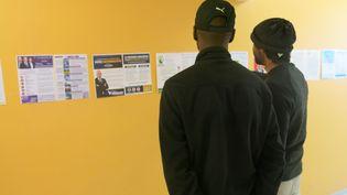 Des détenus votent pour les élections européennes à la maison d'arrêt de Réau (Seine-et-Marne), le 20 mai 2019. (SEBASTIEN BLONDE)