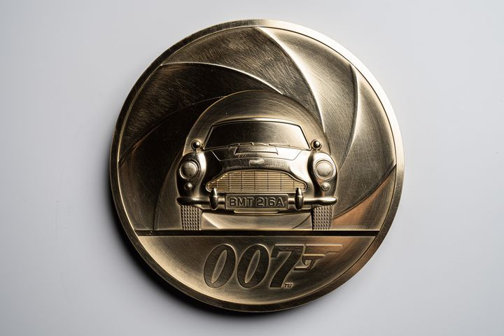 La pièce de 7kg réalisée par la Monnaie royale britannique en l'honneur de James Bond. (AFP  / ROYAL MINT)