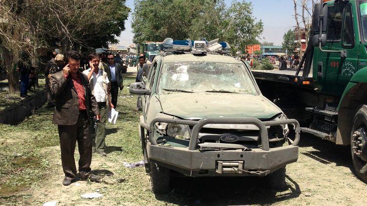Une voiture des forces de sécurités afghanes, visée par un attentat, le 18 juin 2013 à Kaboul (Afghanistan). (MASSOUD HOSSAINI / AFP)