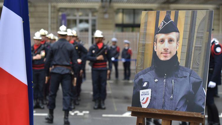 Un portrait du policier Xavier Jugelé lors de l'hommage national qui lui a été rendu, à Paris, le 25 avril 2017. (CHRIS NAIL / ANADOLU AGENCY / AFP)