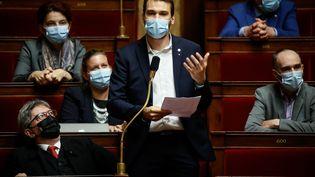 Le député La France Insoumise Ugo Bernalicis dénonce une rupture d'égalité entre vaccinés et non-vaccinés, notamment ceux qui n'auront pas rempli leur schéma vaccinal complet lors de l'extension du pass sanitaire, prévue le 9 août 2021. (THOMAS PADILLA / MAXPPP)