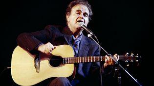 Guy Béart, lors d'un concert à l'Olympia (Paris), le 18 décembre 1988. (PIERRE VERDY / AFP)