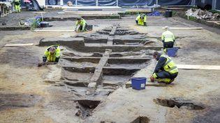 Les archéologues tentant depercer les secrets du bateau-tombe viking enfoui près d'Halden (Norvège), le 9 novembre 2020. (MARGRETHE K. H. HAVGAR / AFP)