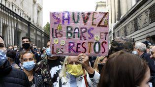 Manifestation à Marseille, le 25 septembre pour protester contre la fermeture annoncée pour le lendemain des bars et restaurants. (NICOLAS TUCAT / AFP)