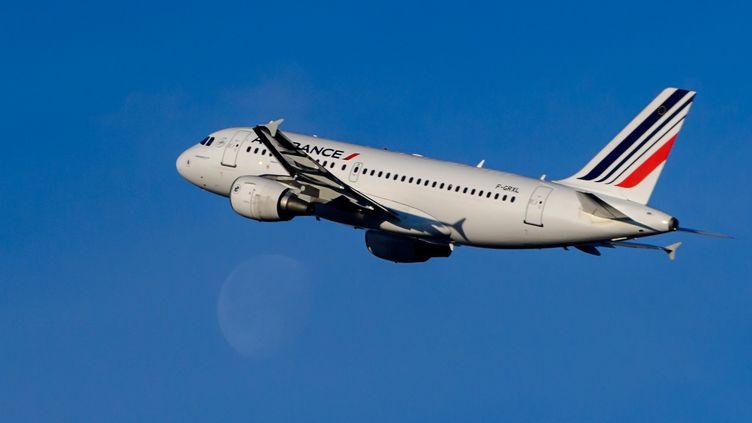 Un avion d'Air France décolle de Genève (Suisse), le 10 décembre 2014. (FABRICE COFFRINI / AFP)