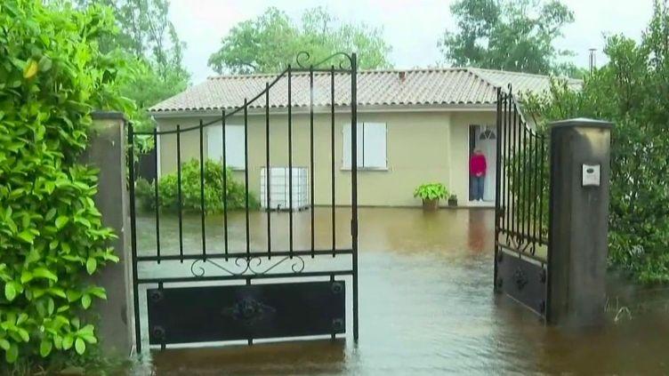 Dans l'Aude, plusieurs petits villages ont été évacués en raison des intempéries.Près de Carcassonne, les habitants constatent des dégâts. (France 2)