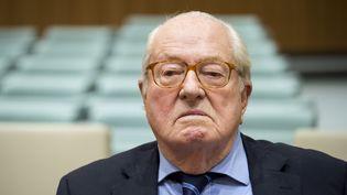 Jean-Marie Le Pen attend avant de comparaître devant la Cour de Justice de l'Union européenne, le 23 novembre 2017. (JOHN THYS / AFP)