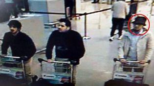 Image de vidéosurveillance montrant Najim Laachraouià gauche, Ibrahim El Bakraouiet un homme au chapeau, probablement identifié comme Fayçal Cheffou, dans le hall de l'aéroport deBruxellesle22 mars 2016 (POLICE BELGE / SIPA)