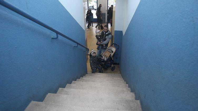 Des habitants d'un immeuble de 7 étages à Menton (Alpes-Maritimes) pénalisés par une panne d'ascenseur en 2013 (illustration). (ERIC DULIERE / MAXPPP)