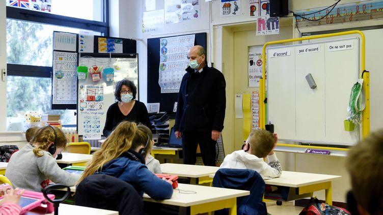 Jean-Michel Banquer visite une classe dans une école primaire de la Ferté-Milon (Aisne) le 22 mars 2021. (FRANCOIS LO PRESTI / AFP)