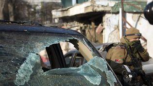 Un membre des forces spéciales afghanes sur les lieux de l'attaque d'un restaurant, à Kaboul (Afghanistan),le 18 janvier 2014. (JOHANNES EISELE / AFP)