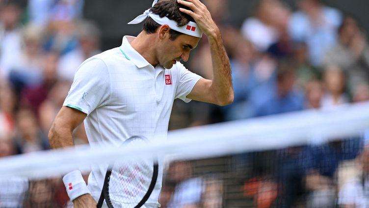 Roger Federer a été largement dominé par Hubert Hurkacz en quarts de finale de Wimbledon, le 7 juillet 2021. (GLYN KIRK / AFP)