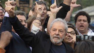 L'ancien président brésilien Luiz Inacio Lula da Silva, devant les locaux de la police fédérale, à Curitiba (Brésil), le 9 novembre 2019. (HENRY MILLEO / AFP)
