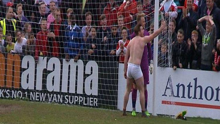 Un homme en slip prend un selfie avec le gardien de but sur le stade de Park View Road de Londres, le 25 avril 2015 (MRVIDEOANALYSIS / YOUTUBE)