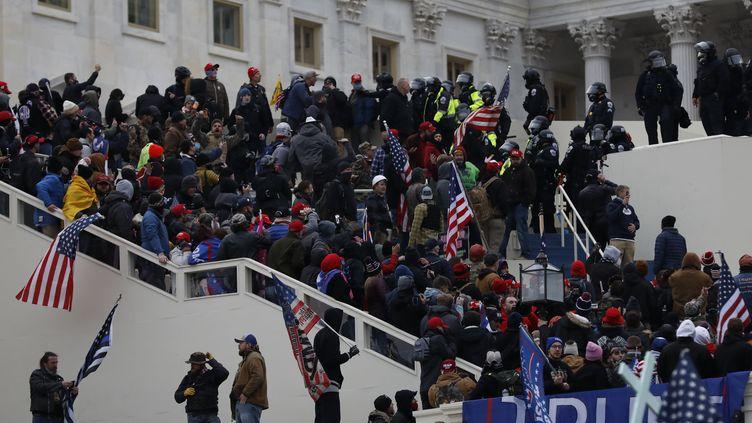 Des partisans du président Donald Trump envahissent le Capitole pendant la session qui doit confirmer la victoire de Joe Biden à la présidentielle américaine, le 6 janvier 2020 à Washington (Etats-Unis). (SPUTNIK / AFP)