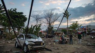 Une carcasse de voiture sur la plage de Palu, sur l'île de Sulawesi, le 29 septembre. Un séisme et un tsunami ont ravagés cette région d'Indonésie, vendredi 28 septembre. (BAY ISMOYO / AFP)