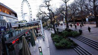 Des promeneurs le long de la Tamisedans un quartierqui abrite normalement un marché de Noël annuel, à Londres, en Angleterre, lundi23 novembre 2020. (DAVID CLIFF / NURPHOTO / AFP)