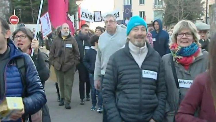 Manifestation contre la venue de Marine Le Pen à Clairvaux-les-Lacs (Jura), vendredi 17 février 2017. (FRANCEINFO)