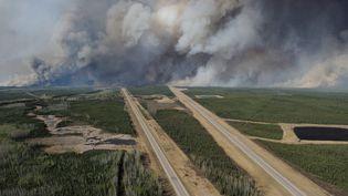 Vue aérienne de la Highway 63, au sud de Fort McMurray, en Alberta (Canada). (REUTERS)